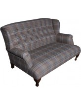 диван с клетчатой обивкой
